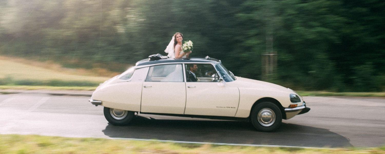 Mit dem Hochzeitsauto im Regen