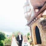 Ein Brautpaar läuft im Gegenlicht durch die Altstadt von Schwäbisch Hall