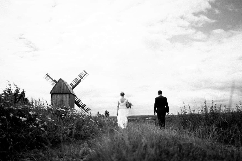 Eine alte Mühle als Kulisse für ein Hochzeitsbild. Das Brautpaar läuft entspannt den Weg entlang. Ich habe eine tiefe Kameraposition gewählt. Durch diese Perspektive entsteht ein spannender Blickwinkel und von der Umgebung ist weniger zu sehen.